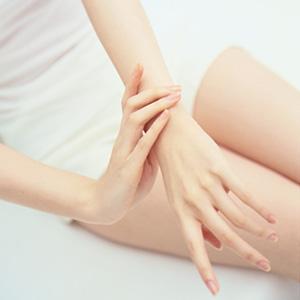 1433811487 woman massaging arm